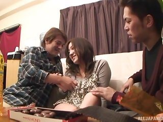 Two guys play with naughty Akitsuki Reina's penurious pussy
