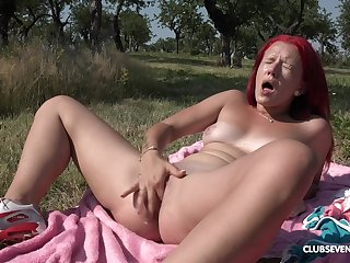 Outdoor satisfaction by finger fucking the pussy out in the sun
